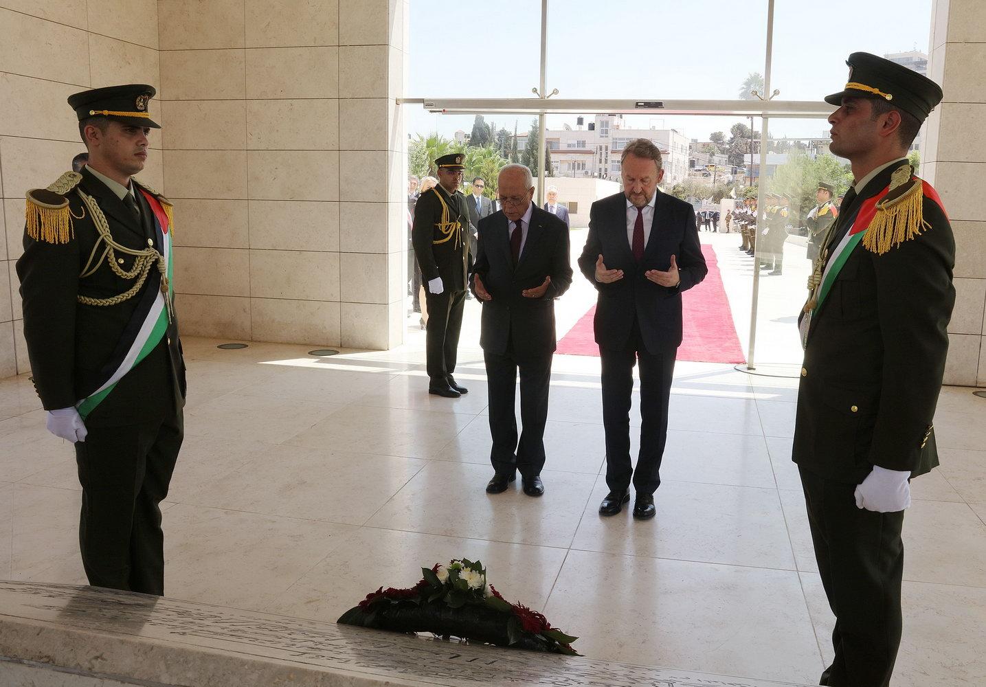 الرئيس البوسني يضع إكليلا من الزهور على ضريح الشهيد ياسر عرفات
