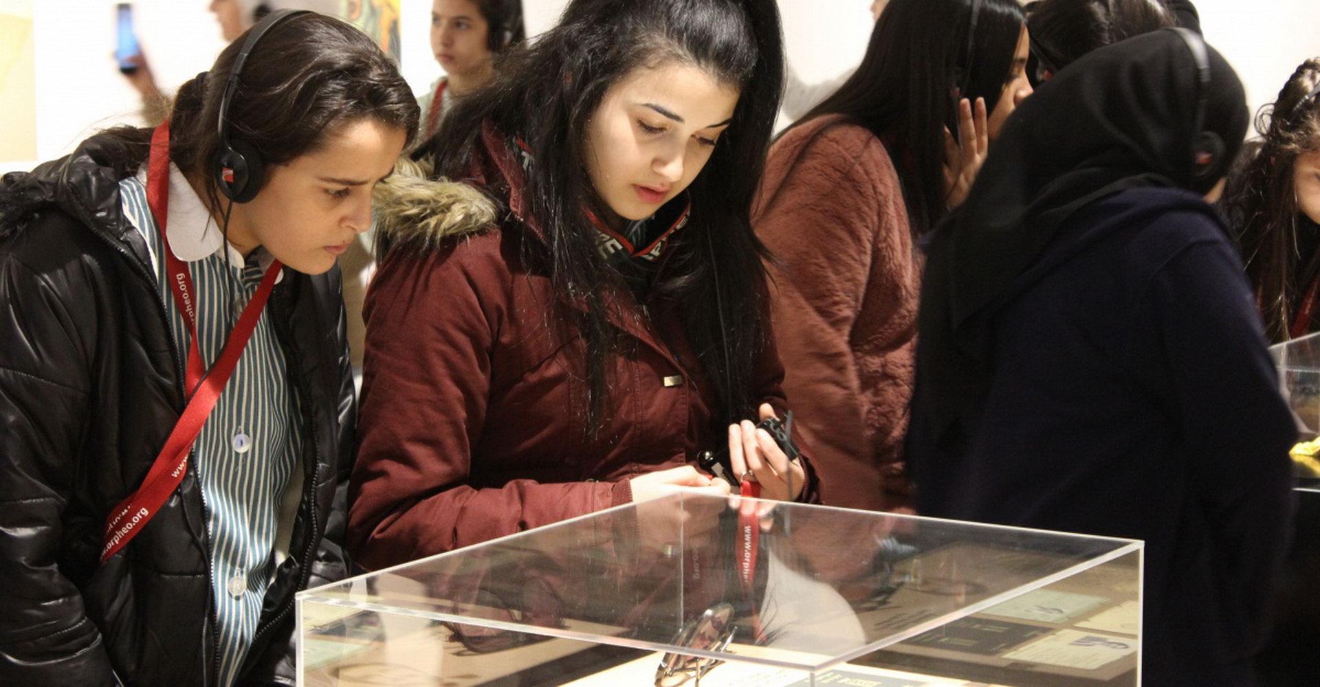 طالبات في المعرض